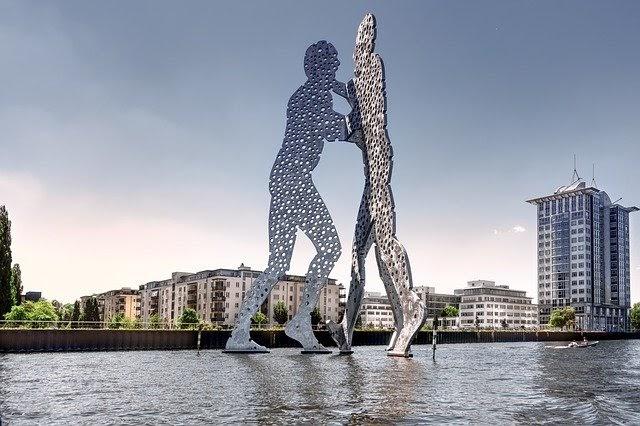 Estatua the Molecular Man en Friedrichshain