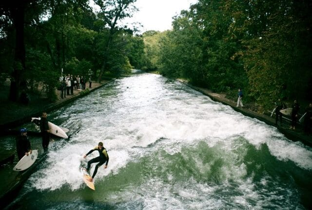 Gente surfeando en el Parque Ingles de la ciudad